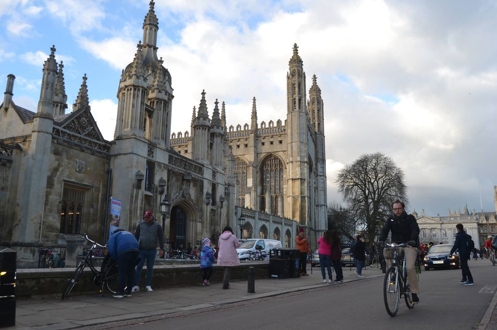 Foto: Un estudiante pasa delante del King's College de Cambridge. (Eugenio Blanco)