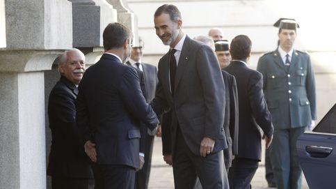 Felipe VI arropa a la familia de José Manuel de la Maza en su último adiós