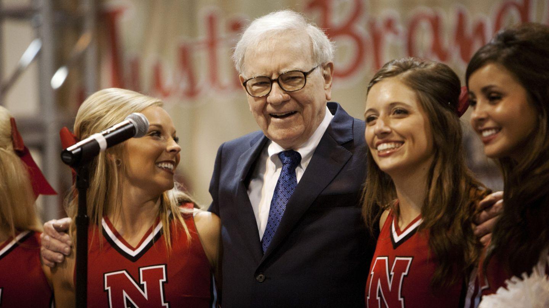 Warren Buffett canta junto a animadoras de la Universidad de Nebraska durante un encuentro de inversores en Omaha (Reuters).