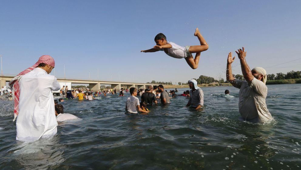 Foto: Residentes en Raqqa, la 'capital' del autodenominado Estado Islámico, se bañan en el río Éufrates. (Reuters)