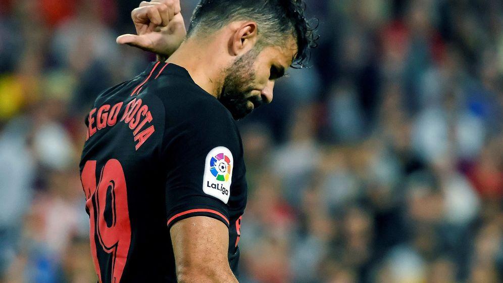 Foto: Diego Costa, cabizbajo, en el partido contra el Sevilla en el Sánchez Pizjuán. (Efe)