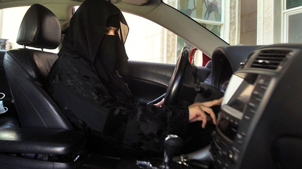 Foto: Una mujer conduce un coche en Arabia Saudí. (Reuters)