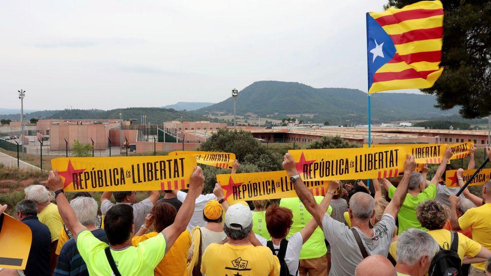 Foto: Manifestación frente a la cárcel de Lledoners. (EFE)