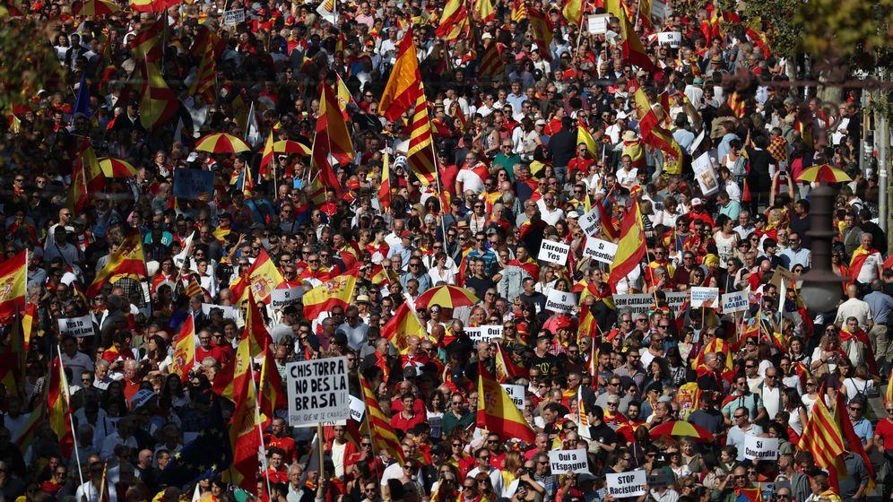 Foto: Manifestantes marchan por las calles de Barcelona contra el 'procés'. (Reuters)