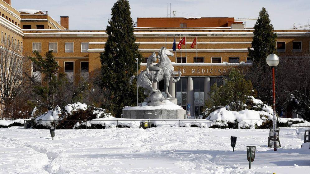 Foto: Vista del Campus de Medicina de la Universidad Complutense sin alumnos y totalmente cubierta de nieve este lunes. (EFE)
