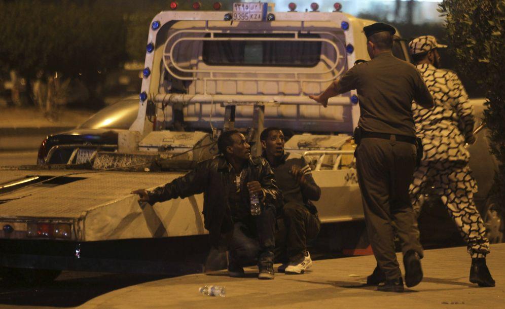 Foto: Fuerzas de seguridad saudíes detienen a dos etíopes durante una redada en Manfouha, al sur de Riad (Reuters).