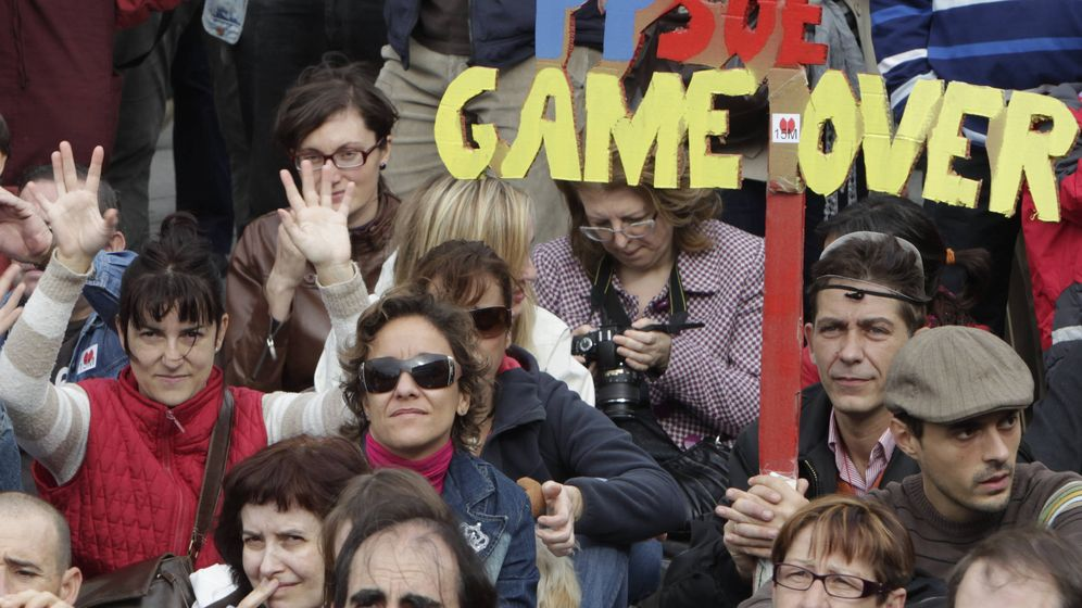 Foto: Integrantes y simpatizantes del Movimiento 15-M durante la asamblea celebrada en la madrileña Puerta del Sol. (Efe)