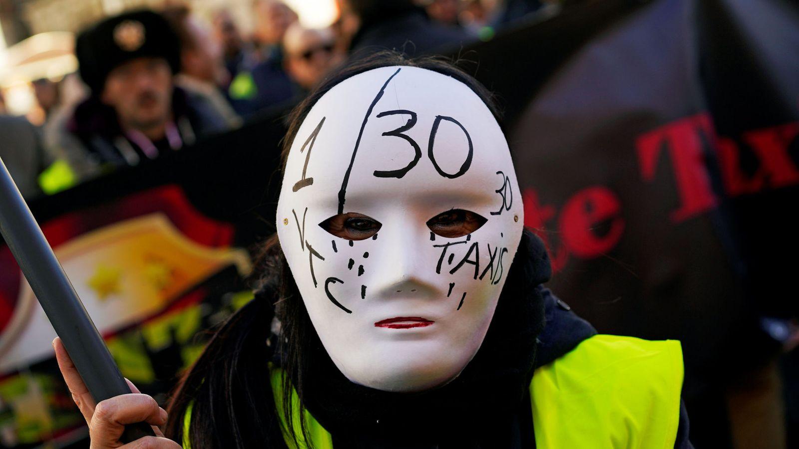Foto: Un taxista participa en una concentración contra los VTC en Madrid. (Reuters)