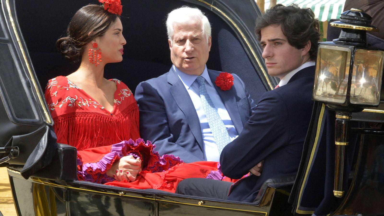 Foto: El duque de Alba junto a Fernando Fitz-James y Sofía Palazuelo. (Getty)