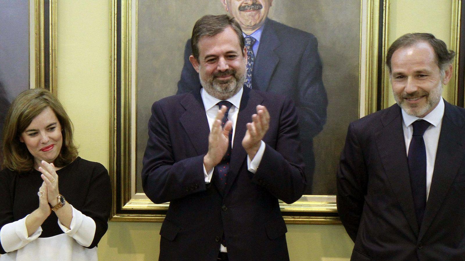 Foto: Federico Ramos de Armas (c) junto a la vicepresidenta del Gobierno, Soraya Sáenz de Santamaría. (EFE)