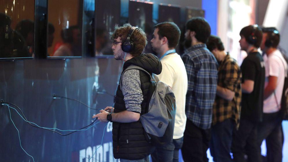 Foto: Varios jóvenes juegan en la Madrid Games Week este jueves. (EFE)