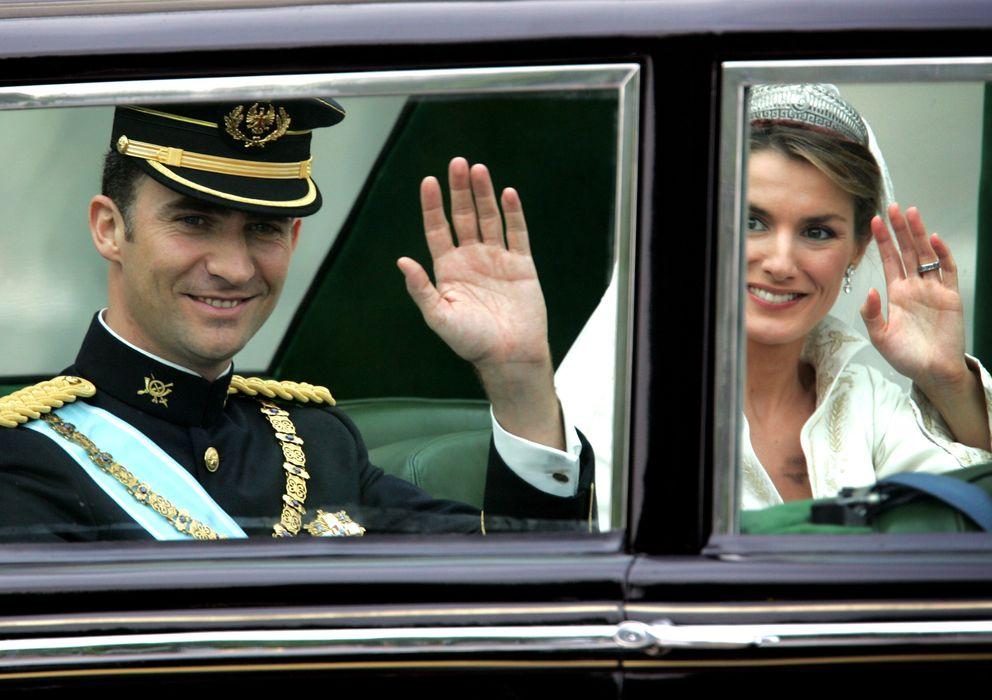 Foto: Los príncipes de Asturias en un coche en el día de su boda (Reuters)