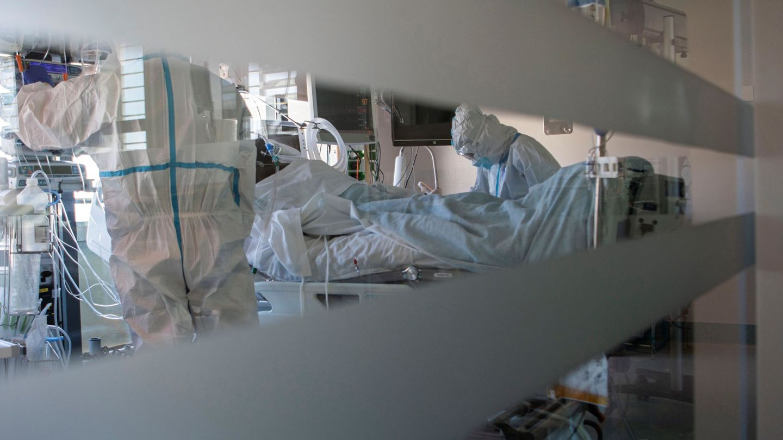 Paciente de covid en UCI en el Hospital de Son Espases. (EFE)