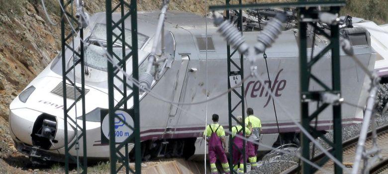 Foto: Inspección del tren descarrilado. (EFE)