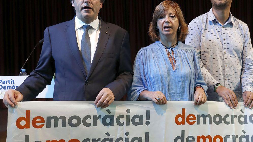 Foto: El presidente de la Generalitat, Carles Puigdemont, junto a la consellera de Gobernación, Meritxell Borràs y Eliseo Esterli (d). Foto: EFE