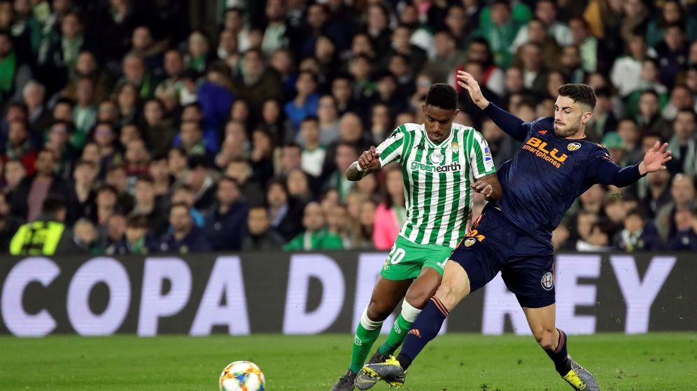 Foto: Junior Firpo, contra el Valencia. (EFE)