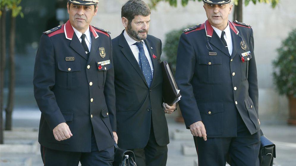 Foto: El jefe de los Mossos d'Esquadra, Albert Batlle, en el centro. (EFE)