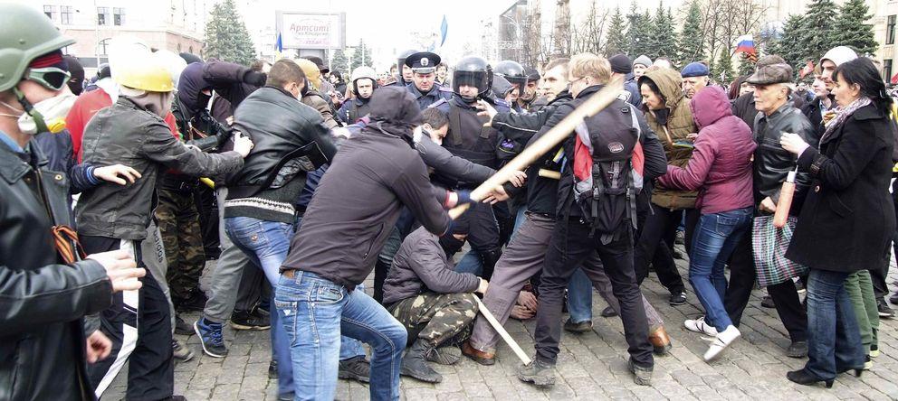 Foto: Manifestantes prorrusos se enfrentan a proucranianos en la ciudad de Kharkiv (Reuters).