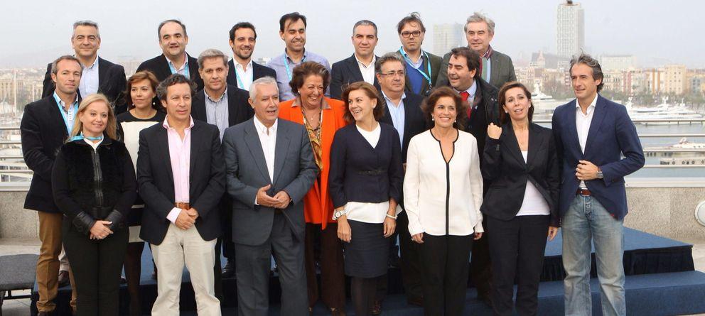 Foto: Cospedal posa con algunos de los líderes del PP que participan en las Jornadas 'populares' en Barcelona. (Efe)