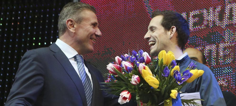 Foto: Ioc member bubka congratulates lavillenie of france for setting a pole vault indoor world record at the pole vault stars meeting in donetsk