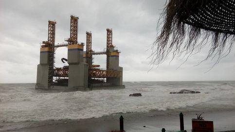 Una plataforma a la deriva termina por encallar en la playa de Benalmádena