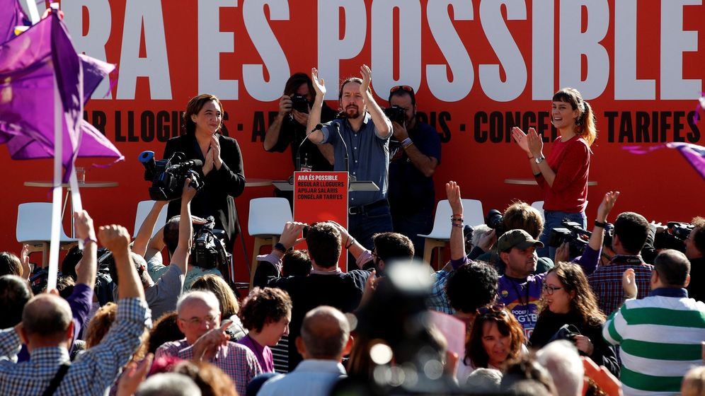 Foto: El secretario general de Podemos, Pablo Iglesias (c), y la alcaldesa de Barcelona, Ada Colau. (EFE)