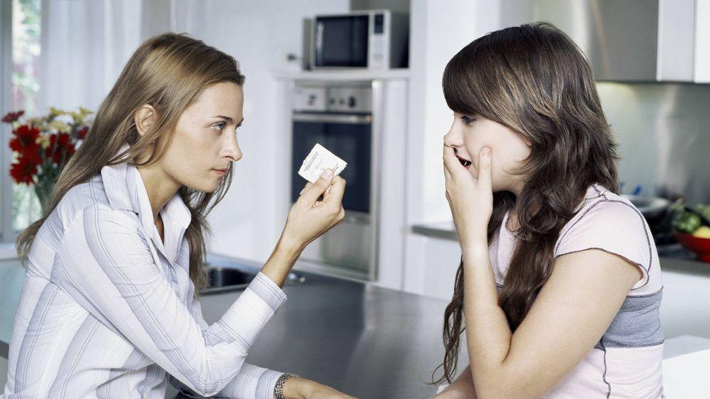 Foto: Una madre descubre un preservativo escondido de su hija. (iStock)