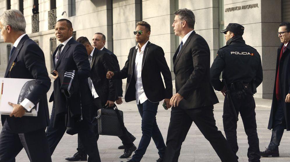 Foto: El jugador Neymar da Silva (c) y su padre, Neymar Sr (2i), a su llegada a la Audiencia Nacional en 2016. (EFE)
