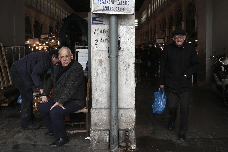 Foto: Griegos a la entrada del principal mercado de pescado de Atenas, el 12 de febrero de 2015. (Reuters)