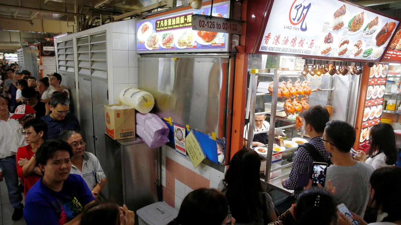 Miles de personas pasan cada día por el Hawker Chan. (Reuters/Edgar Su)
