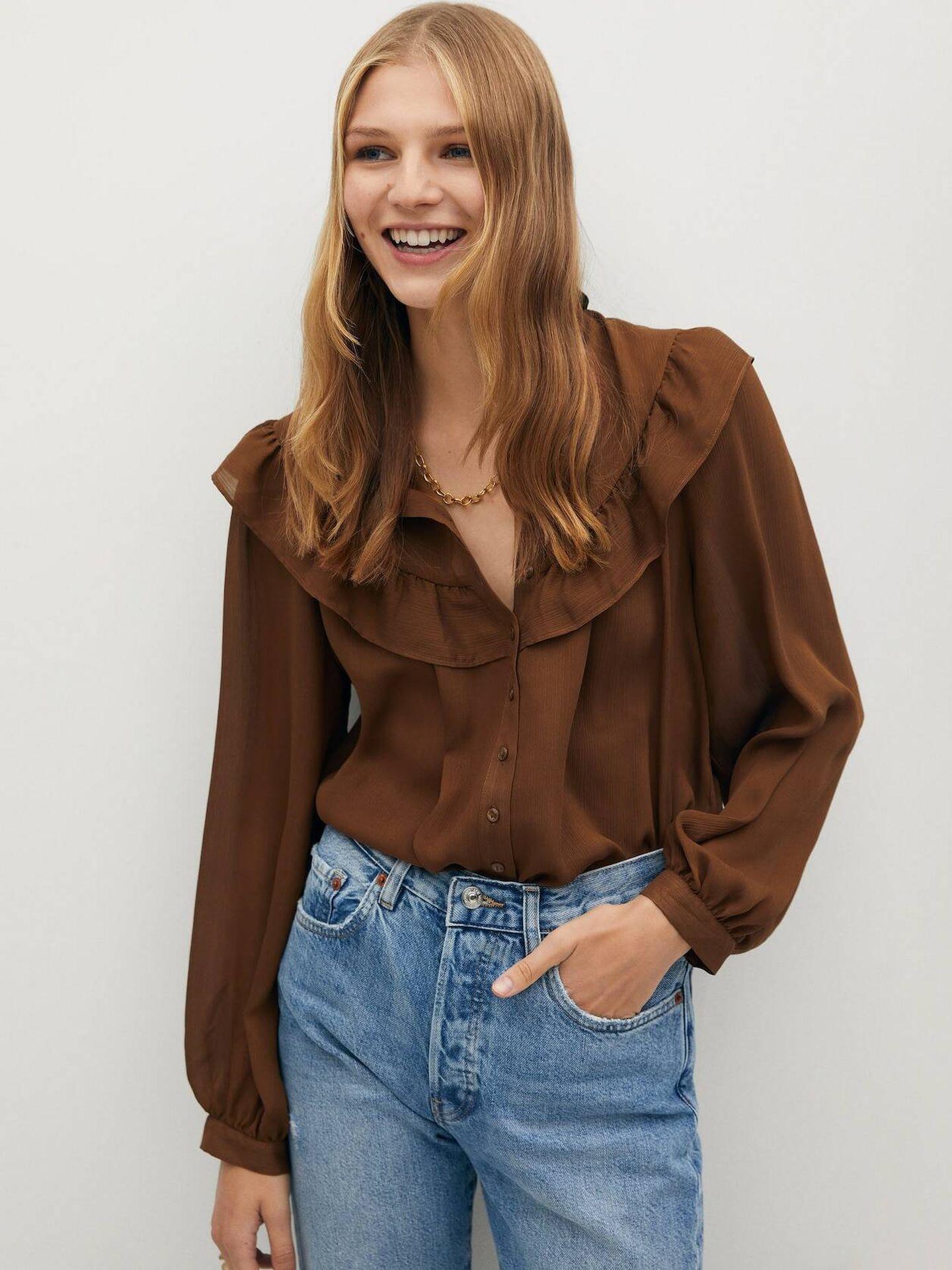 Blusa marrón con volantes de Mango Outlet. (Cortesía)