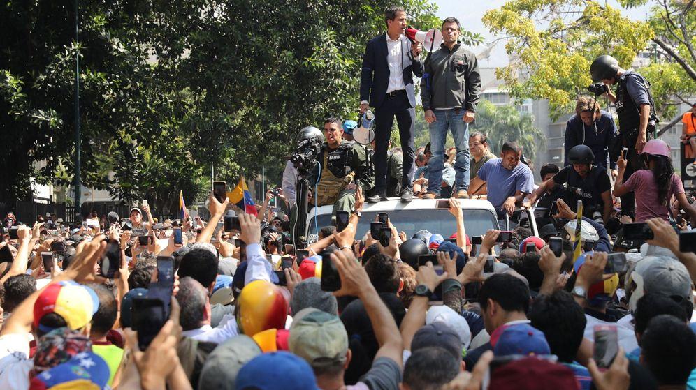Foto: El presidente de la Asamblea Nacional, Juan Guaidó (c), y el líder opositor Leopoldo López (d) participan en una manifestación en apoyo a su levantamiento contra el gobierno de Nicolás Maduro. (EFE)
