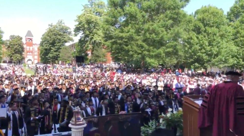 Foto: Los estudiantes aplauden a Robert F. Smith tras anunciar que pagará sus deudas universitarias