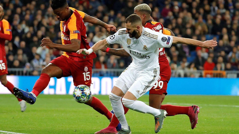 Benzema disputa un balón en el partido contra el Galatasaray. (EFE)