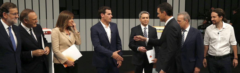 Mariano Rajoy, Pedro Sánchez, Albert Rivera y Pablo Iglesias, con los moderadores Pedro Piqueras, Ana Blanco y Vicente Vallés, y el entonces presidente de la ATV, Manuel Campo Vidal, en el debate a cuatro del 13 de junio de 2016. (EFE)