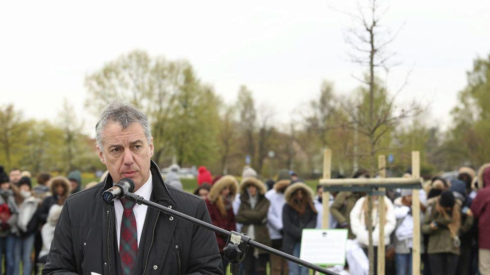 Foto:  El lehendakari, Iñigo Urkullu, en la ceremonia de plantación de un retoño del Árbol de Gernika en el Parque de concentración de Zasole, Polonia. (EFE)