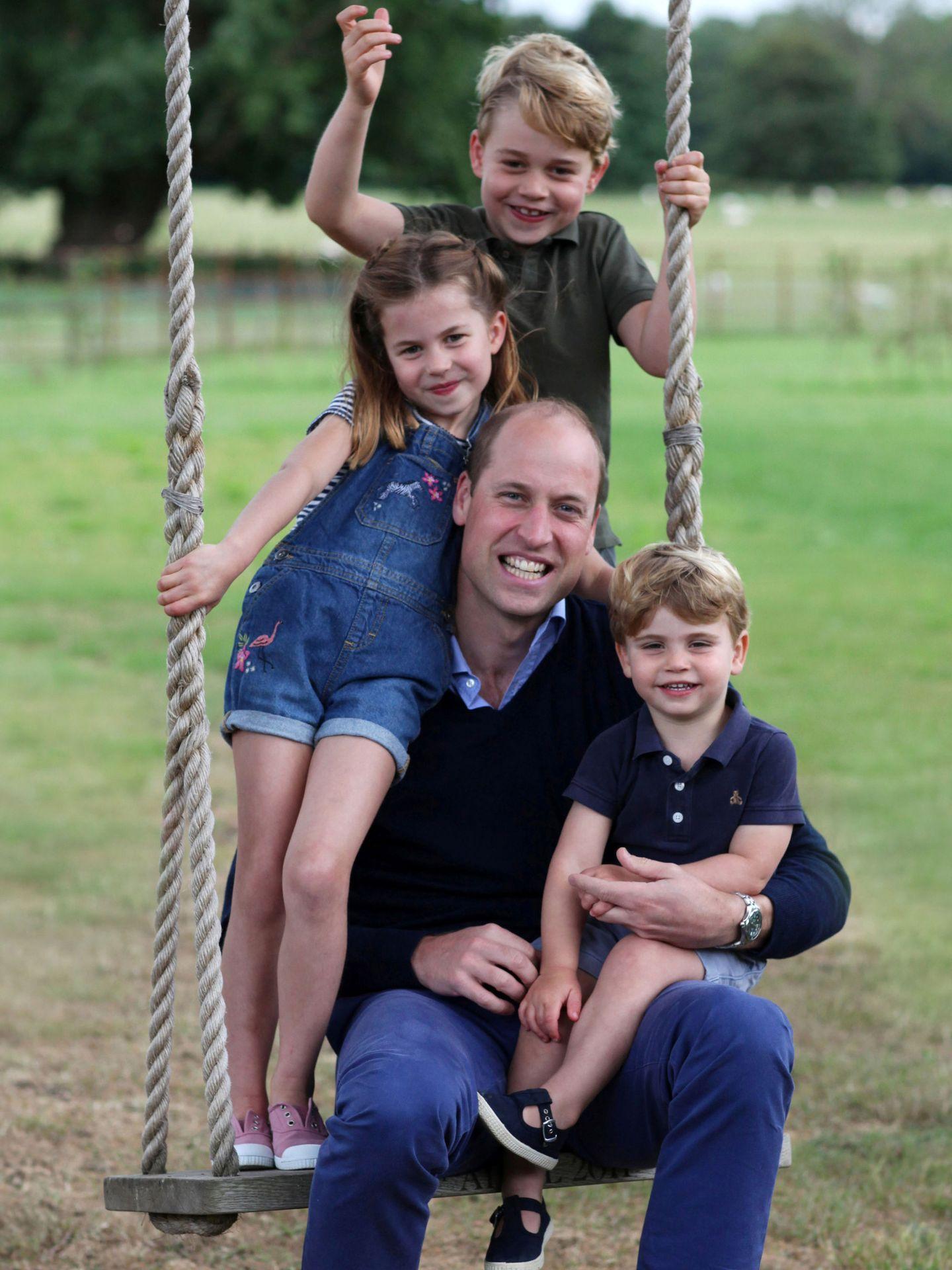 El príncipe Guillermo y sus tres hijos, en una foto realizada por Kate Middleton. (Palacio de Kensington)