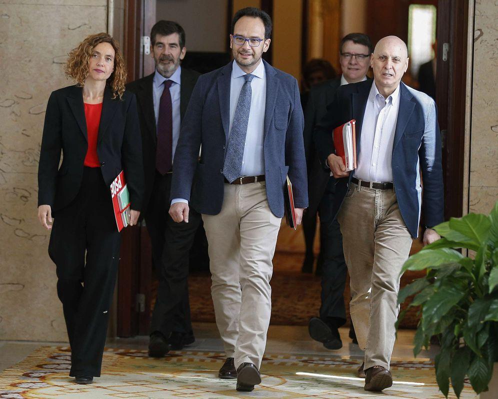 Foto: El equipo negociador del PSOE, encabezado por Antonio Hernando y Meritxell Batet, este 7 de abril en el Congreso. (EFE)