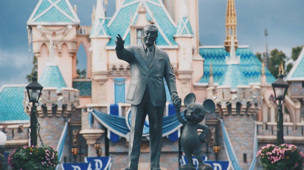 Foto: Walt Disney sosteniendo la mano de Mickey Mouse. (Travis Gergen para Unsplash)