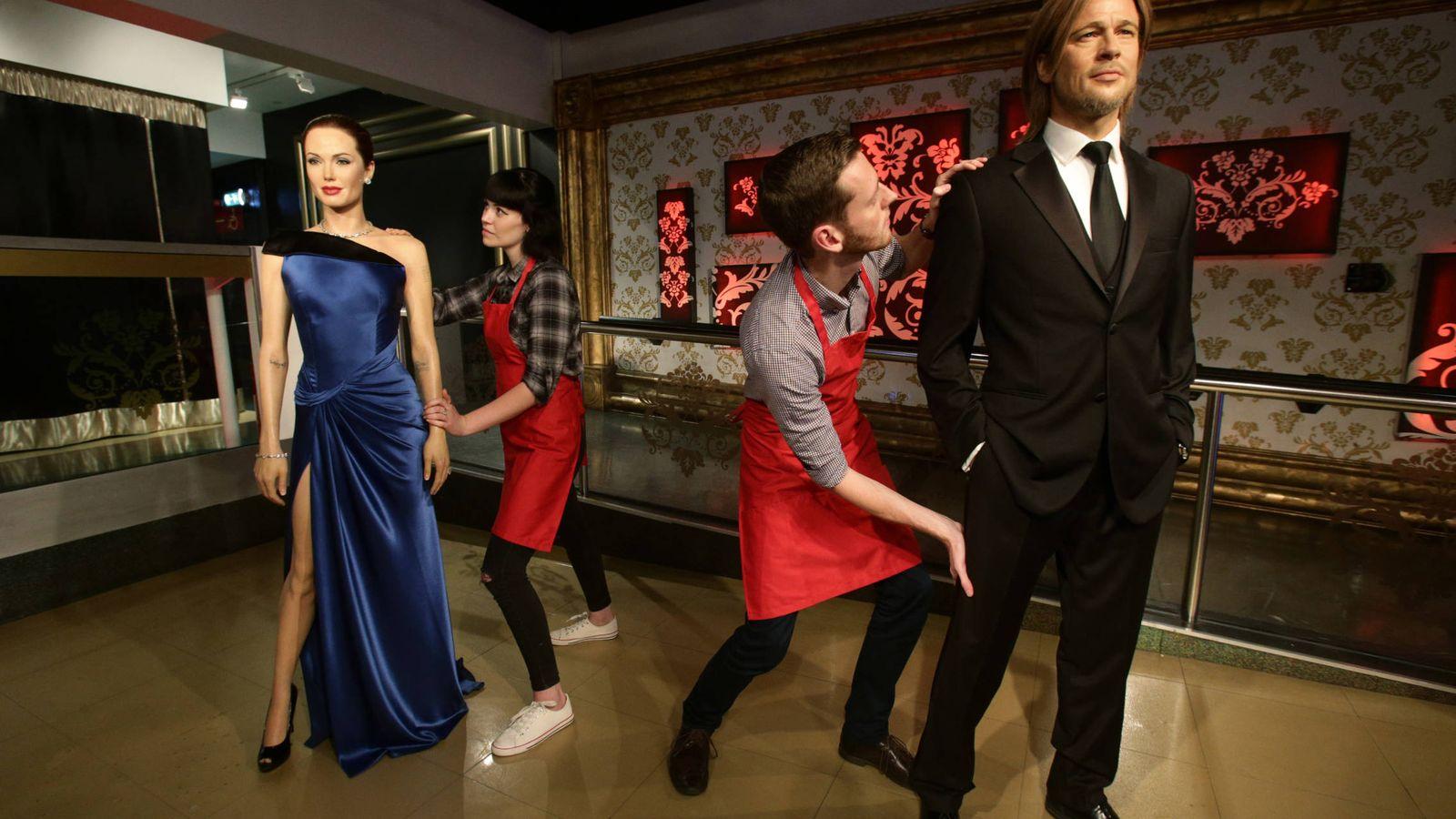 Foto: Los asistentes del Madame Tussauds separan las figuras de Angelina y Pitt