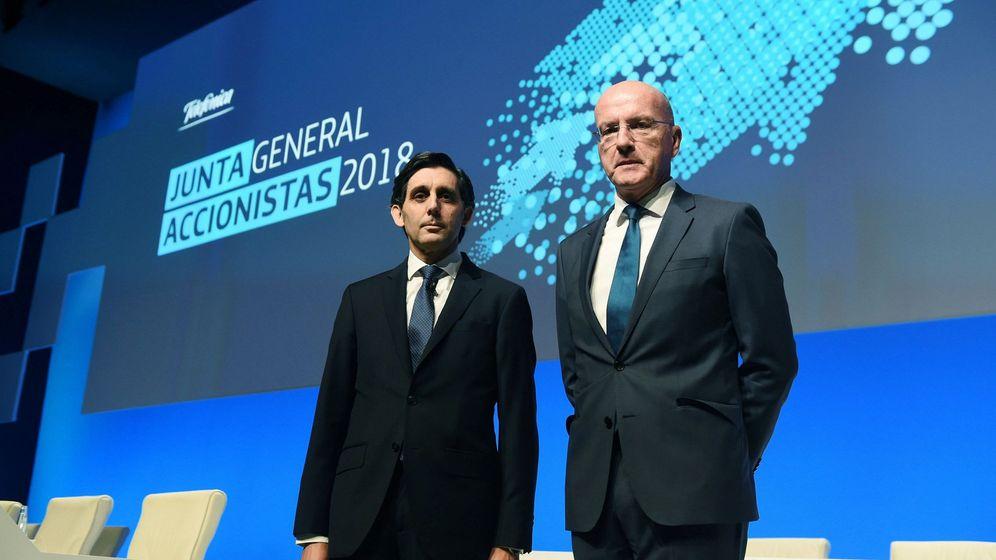 Foto: El presidente de Telefónica, José María Álvarez-Pallete (i), y el consejero delegado de la multinacional, Ángel Vilà, en la junta de accionistas del pasado mes. (EFE)