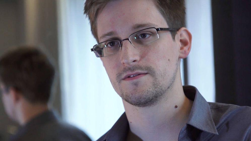 Foto: Edward Snowden, en su primera aparición pública, ante los periodistas de 'The Guardian'.