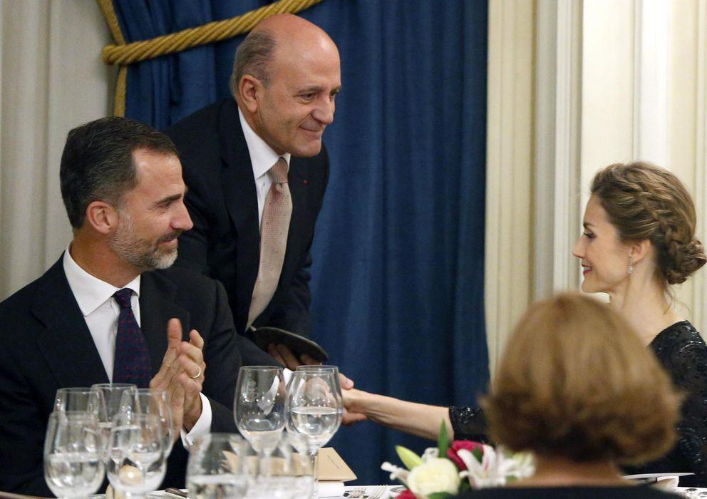 Foto: Zarzalejos saludando a la Reina ante la mirada de Felipe VI (Efe)
