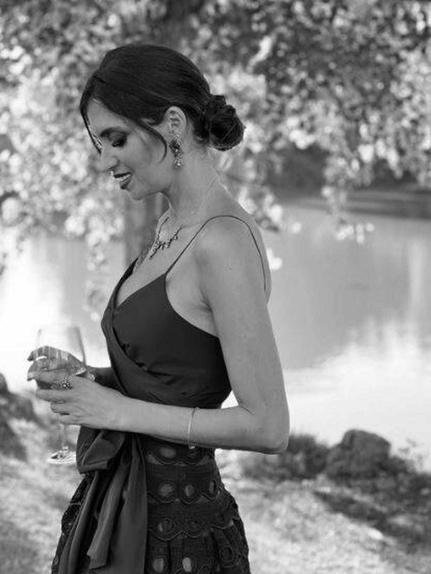 Sara Carbonero, guapísima en la boda de su amiga Laura. (Redes)
