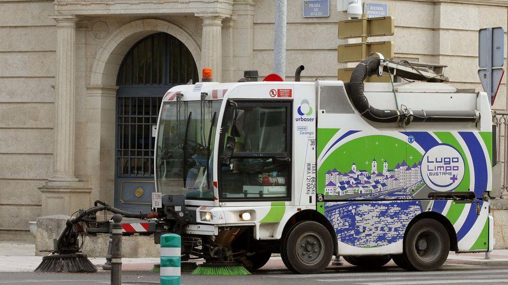 Foto: Una barredora de la empresa Urbaser limpia las calles de Lugo. (EFE)