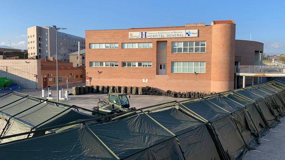 Foto: Vista del Hospital General de Segovia con las carpas en la entrada.
