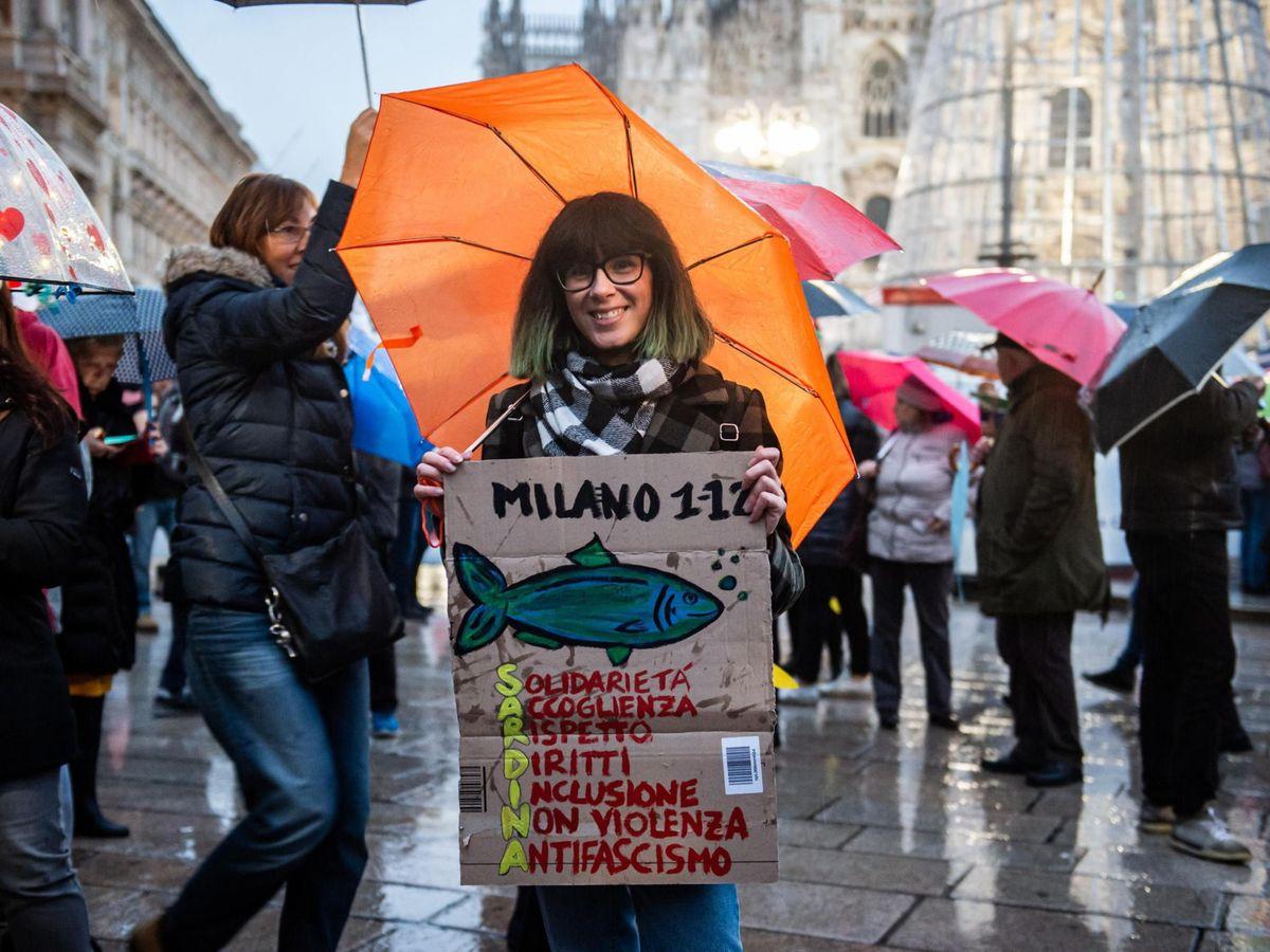 Foto: Una manifestante a favor del movimiento de las sardinas. (Reuters)