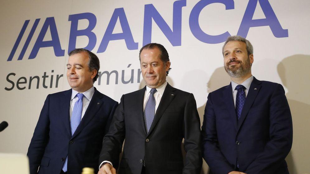 Foto: De izda. a dcha., Francisco Botas, CEO de Abanca, Juan Carlos Escotet, presidente, y Alberto de Francisco Guisasola, director financiero. (EFE)