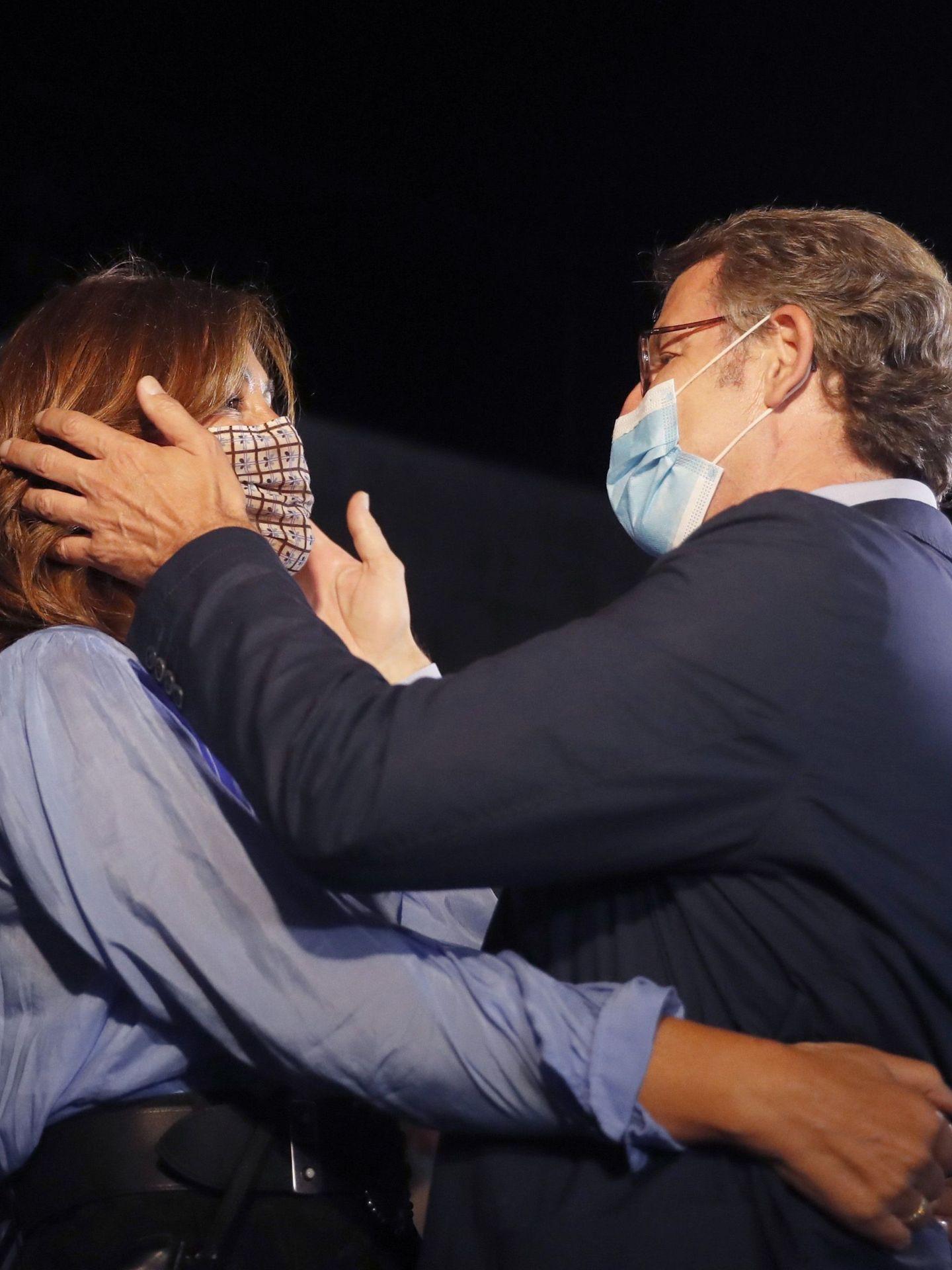 Alberto Núñez Feijóo celebra su victoria con Eva Cárdenas. (EFE)