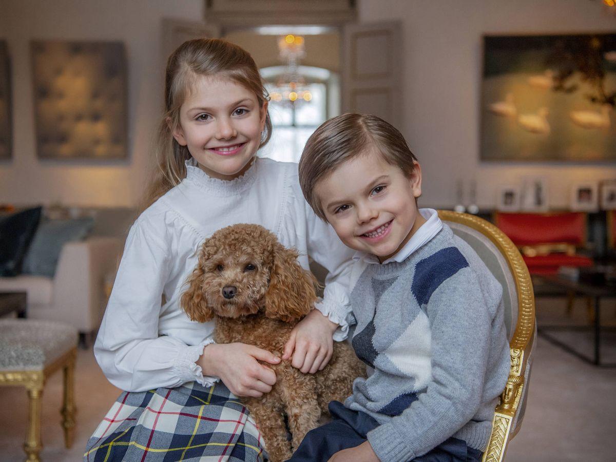 Foto: La princesa Estelle, con Oscar y su perrito Rio. (Kungahuset)